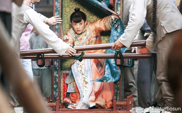 Trần Hiểu đem khế ước bán thân của Tôn Lệ ra đòi người trong phim Năm ấy hoa nở trăng vừa tròn