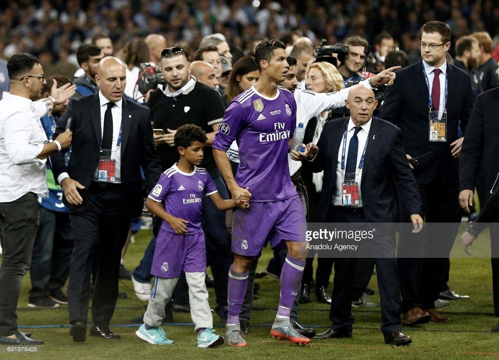 Ronaldo và 2 khoảnh khắc ý nghĩa nhất cuộc đời: được mẹ ủng hộ và nắm tay con trai như nhà vô địch - Ảnh 5.
