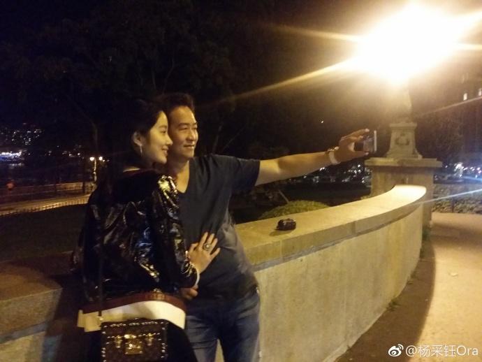 Bạn gái kém 30 tuổi của cha nuôi Lưu Diệc Phi bị chỉ trích hám danh lợi khi công khai tình yêu - Ảnh 2.