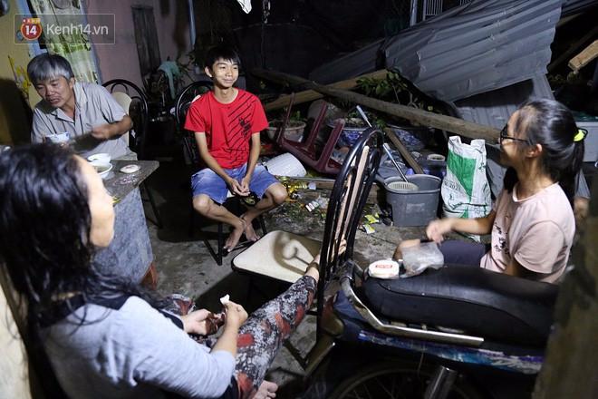 Hai ngày sau khi cơn bão số 12 đi qua, người dân Khánh Hòa vẫn chật vật sống trong bóng đêm vì mất điện - Ảnh 8.