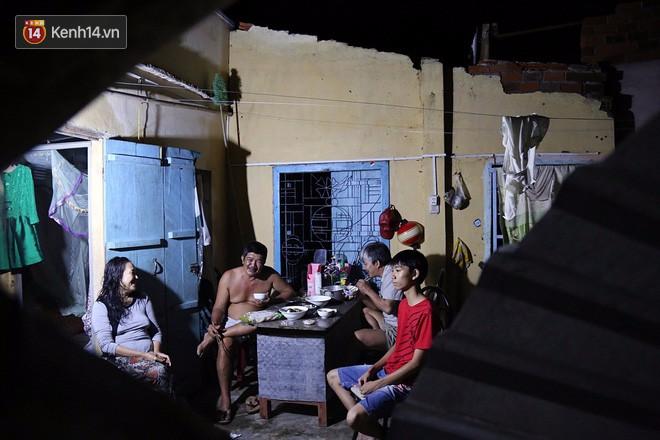 Hai ngày sau khi cơn bão số 12 đi qua, người dân Khánh Hòa vẫn chật vật sống trong bóng đêm vì mất điện - Ảnh 7.