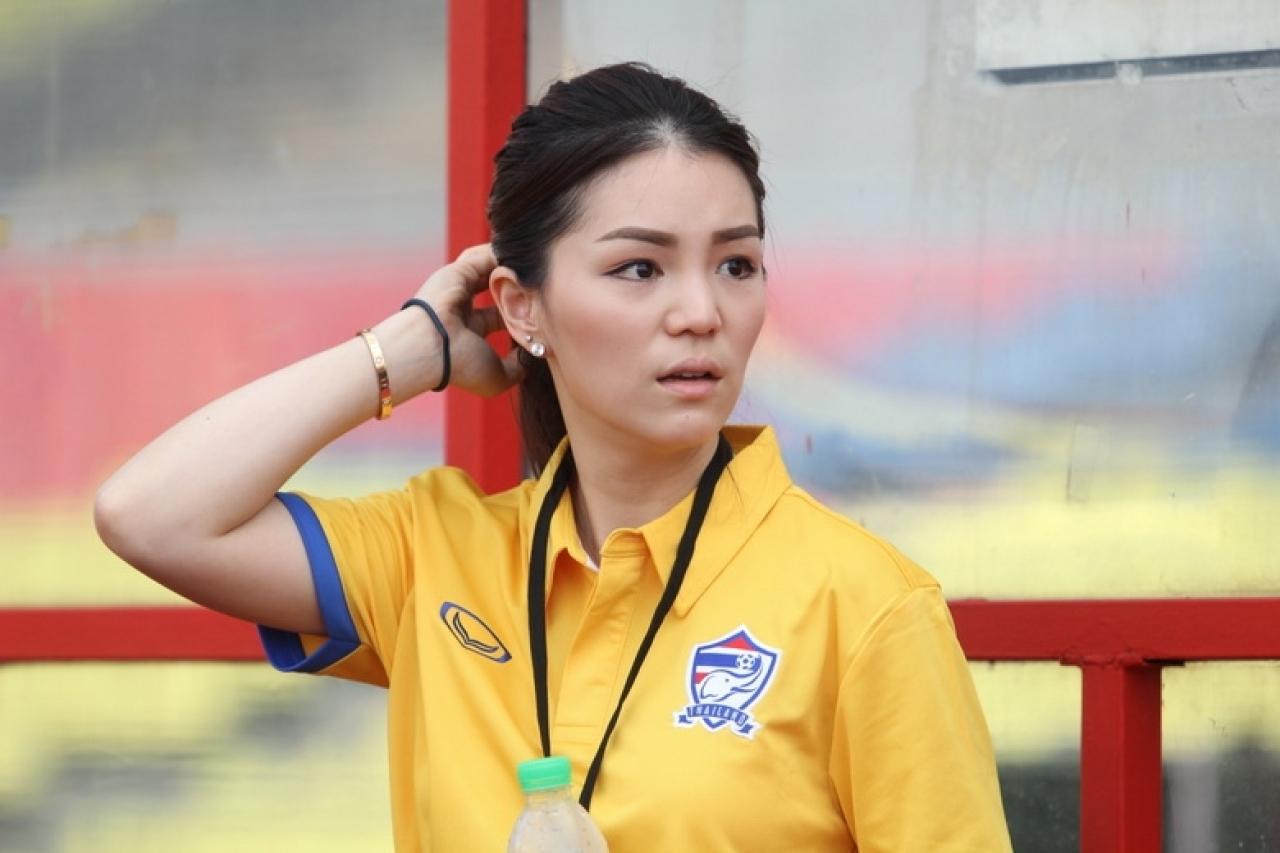 Nhan sắc trưởng đoàn Thái Lan gây sốt ở buổi họp HLV bóng đá SEA Games 29 - Ảnh 8.