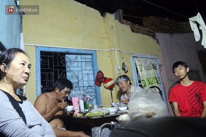 Hai ngày sau khi cơn bão số 12 đi qua, người dân Khánh Hòa vẫn chật vật sống trong bóng đêm vì mất điện - Ảnh 6.