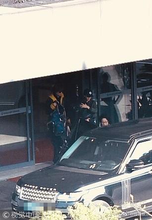 Sợ bị paparazzi chụp trộm, Angela Baby bọc chặt, không để lộ mặt con trai tại sân bay - Ảnh 2.