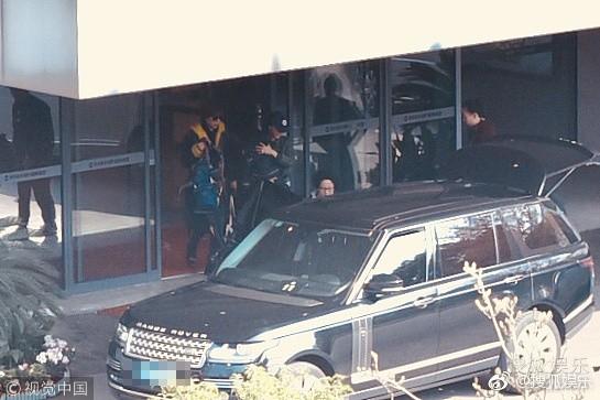 Sợ bị paparazzi chụp trộm, Angela Baby bọc chặt, không để lộ mặt con trai tại sân bay - Ảnh 3.