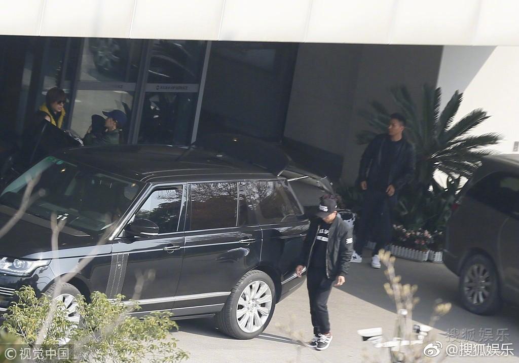 Sợ bị paparazzi chụp trộm, Angela Baby bọc chặt, không để lộ mặt con trai tại sân bay - Ảnh 4.