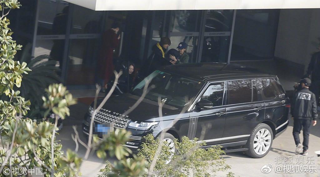 Sợ bị paparazzi chụp trộm, Angela Baby bọc chặt, không để lộ mặt con trai tại sân bay - Ảnh 5.