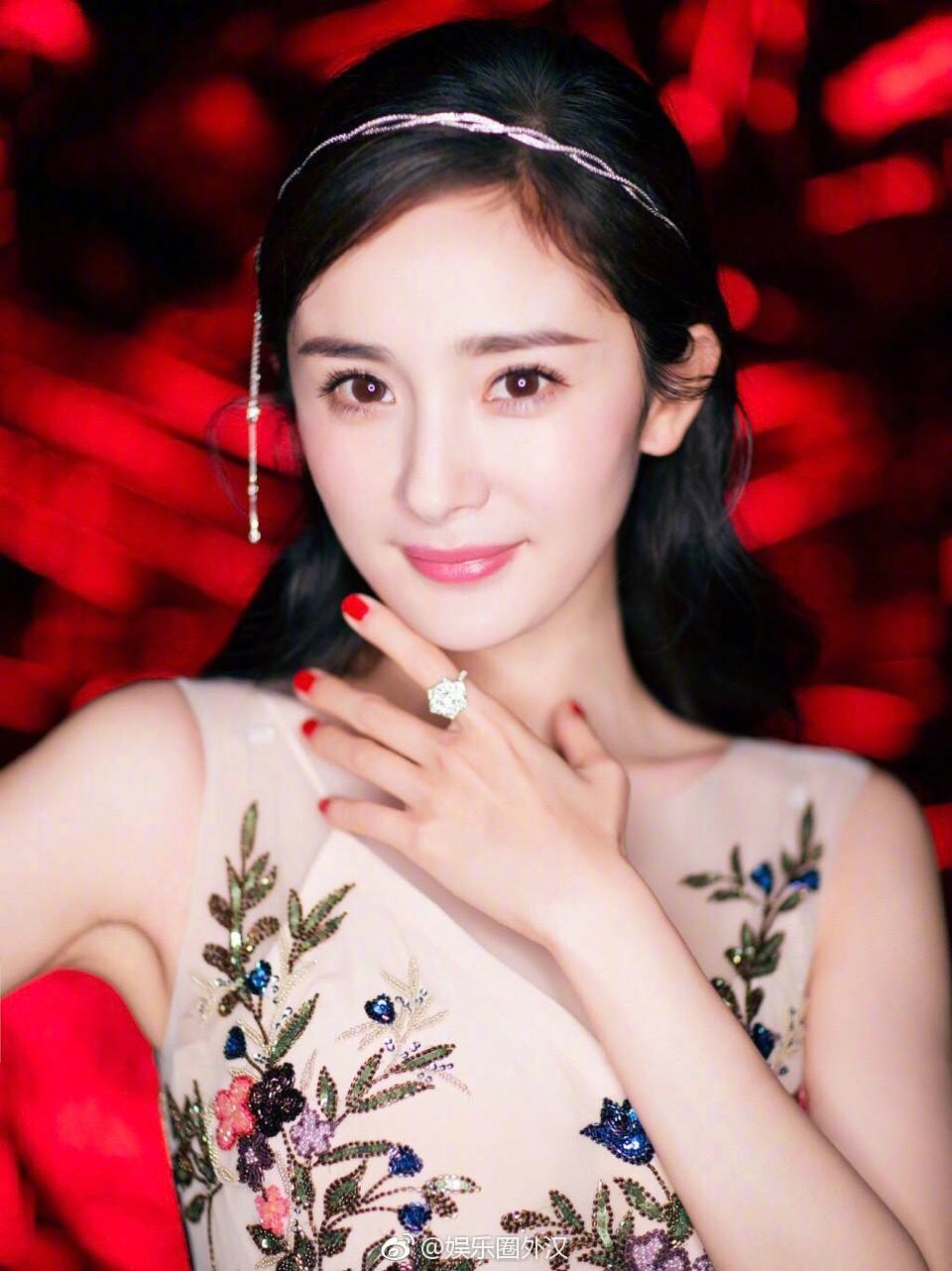 Thảm đỏ Marie Claire: Đường Yên chiếm sóng với chiếc váy đẹp xuất sắc, Lưu Diệc Phi kém sang hơn hẳn Dương Mịch - Angela Baby - Ảnh 1.