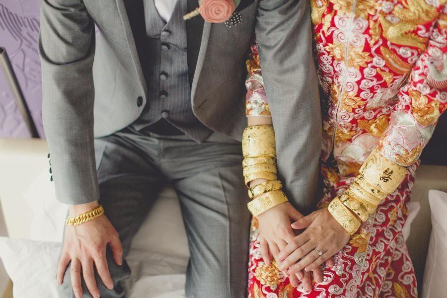 Song Joong Ki và Song Hye Kyo lộ hình đan tay tình cảm, đeo quà cưới vòng vàng long phượng khủng - Ảnh 2.