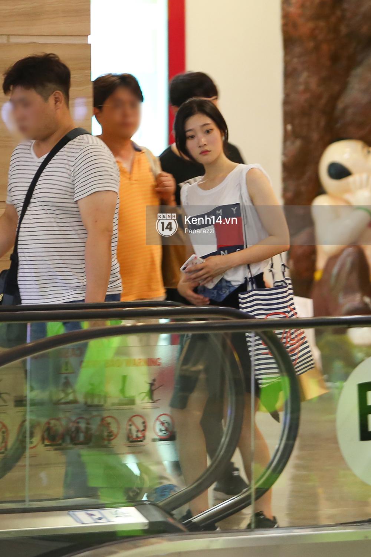 Nữ thần sắc đẹp thế hệ mới Jung Chae Yeon thoải mái đi mua sắm và ăn kem ở trung tâm thương mại đông người tại Việt Nam - Ảnh 7.