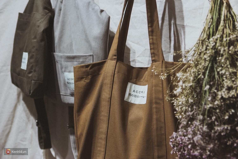 ACOHI, những chiếc túi tote vải mang ý nghĩa uống cà phê khi trời mưa của Việt Nam đang khiến giới trẻ mê mẩn - Ảnh 14.