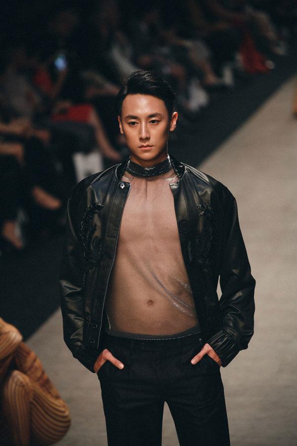 Rocker Nguyễn bất ngờ để lộ bụng mỡ, thân hình kém săn chắc - Ảnh 4.