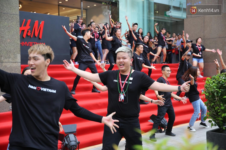 Đội ngũ nhân viên H&M Việt Nam chào sân với tiết mục nhảy tập thể có một không hai trong ngày khai trương - Ảnh 12.