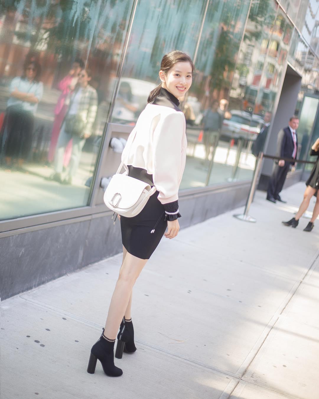 Từ khi lấy chống, hot girl trà sữa Chương Chiết Thiên liên tục diện đồ hiệu, dự sự kiện thời trang danh tiếng - Ảnh 6.