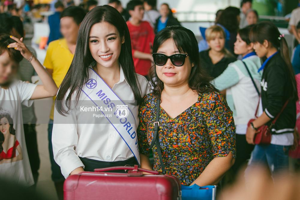 Hoa hậu Mỹ Linh diện trang phục đơn giản, tươi tắn bên mẹ và người hâm mộ tại sân bay Tân Sơn Nhất - Ảnh 7.