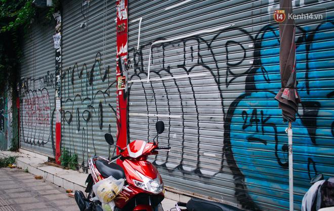 Khi graffiti nửa mùa xuất hiện tràn lan ở Sài Gòn: Đến cả những tấm pano rất đẹp cũng đã bị bôi bẩn - Ảnh 8.