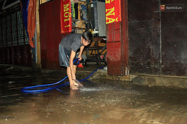 Người dân Hội An trắng đêm lau dọn hàng hóa, nhà cửa khi nước lũ vừa rút - Ảnh 8.