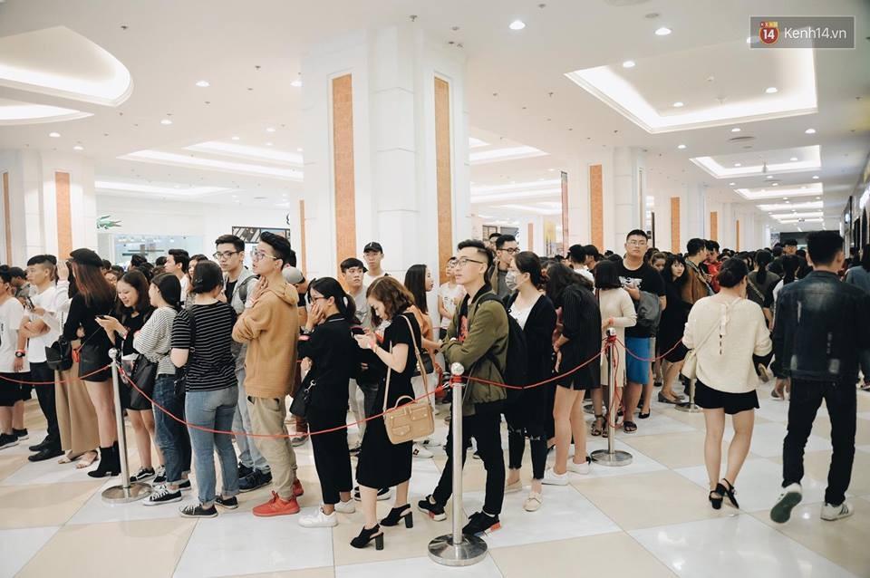 Khai trương H&M Hà Nội: Có hơn 2.000 người đổ về, các bạn trẻ vẫn phải xếp hàng dài chờ được vào mua sắm - Ảnh 3.