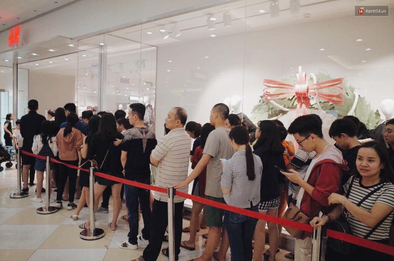 Sau ngày khai trương, store H&M Hà Nội bớt đông đúc nhưng khách vẫn xếp hàng dài chờ vào mua sắm - Ảnh 7.