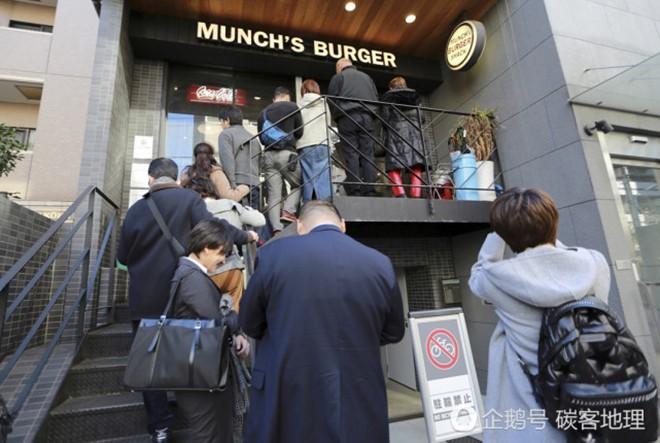 Tương tự hiện tượng bún chả Obama ở Việt Nam, người Nhật đang nô nức xếp hàng đi ăn burger Tổng thống Trump - Ảnh 7.