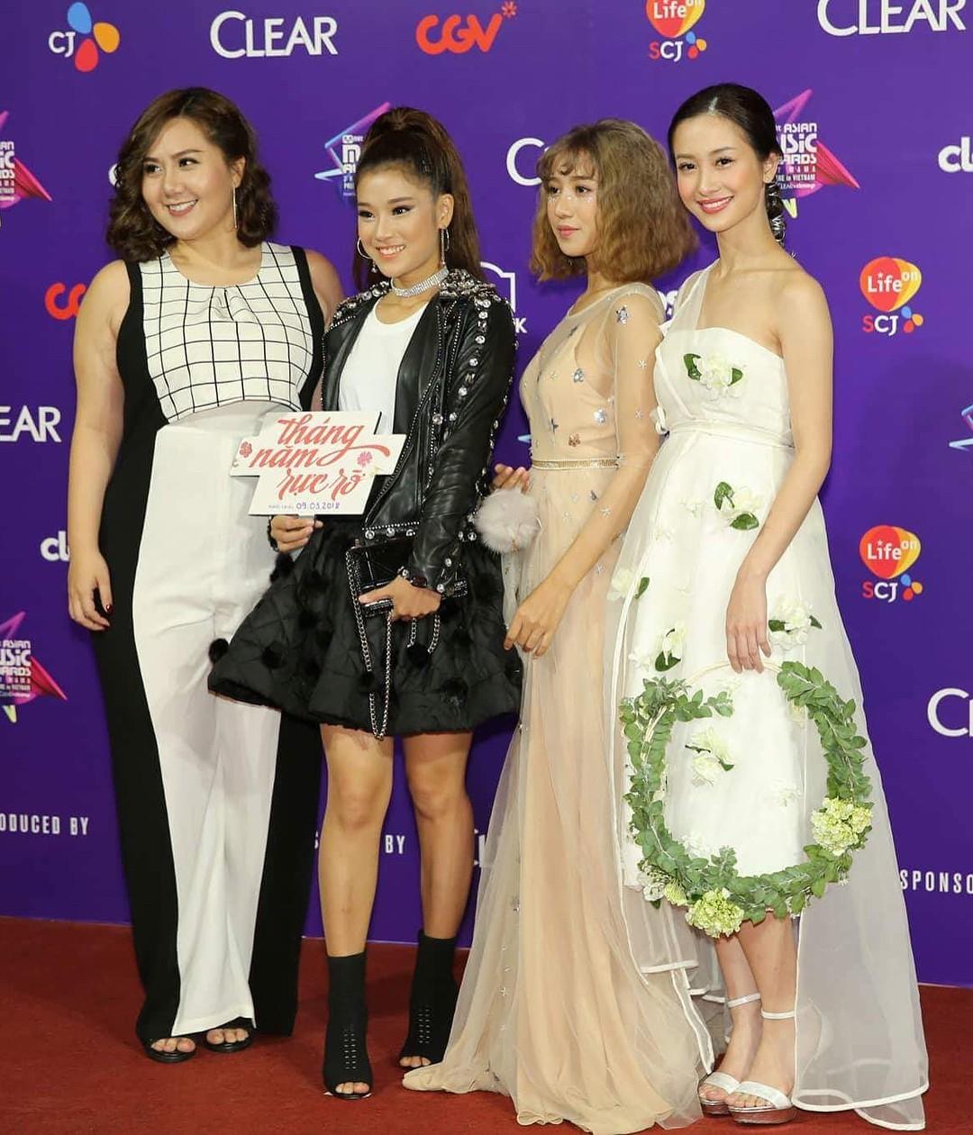 Không hiểu vì sao Jun vũ tới MAMA lại diện váy như phù dâu ở trung tâm tiệc cưới và lại còn xách vòng hoa