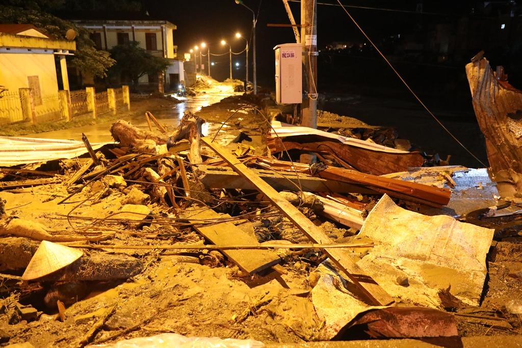 Trắng đêm xẻ đá, xới tung bùn đất tìm kiếm người mất tích sau trận lũ lịch sử ở Yên Bái - Ảnh 13.
