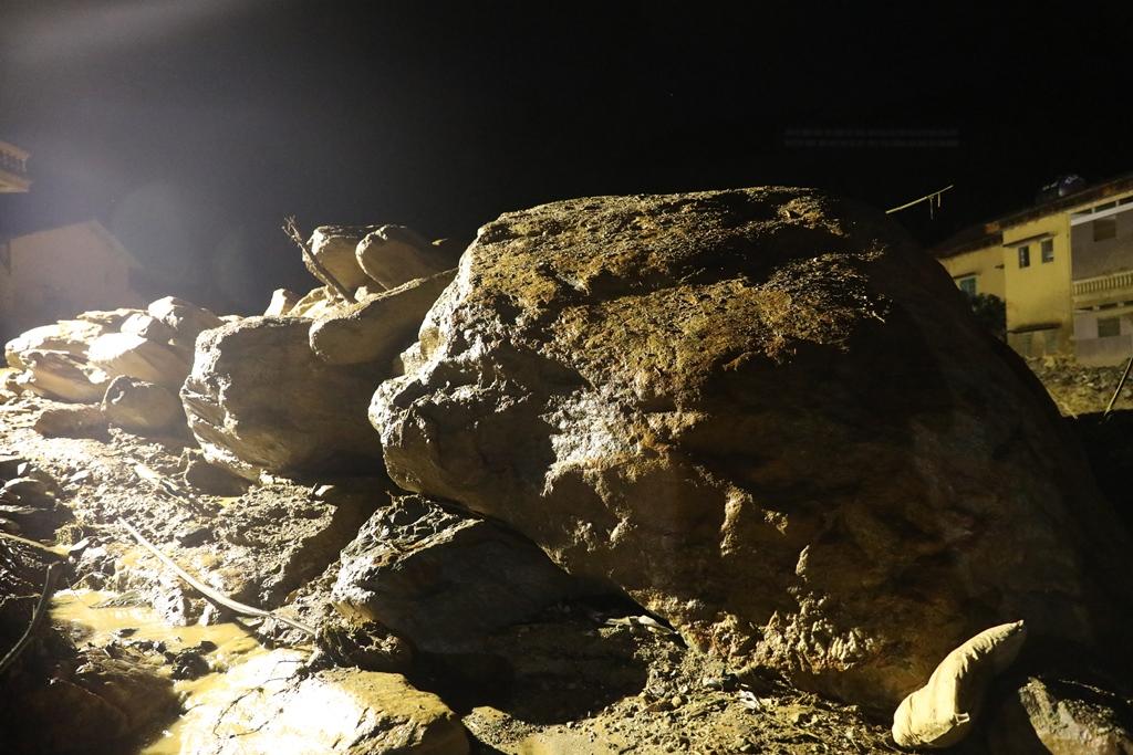 Trắng đêm xẻ đá, xới tung bùn đất tìm kiếm người mất tích sau trận lũ lịch sử ở Yên Bái - Ảnh 3.