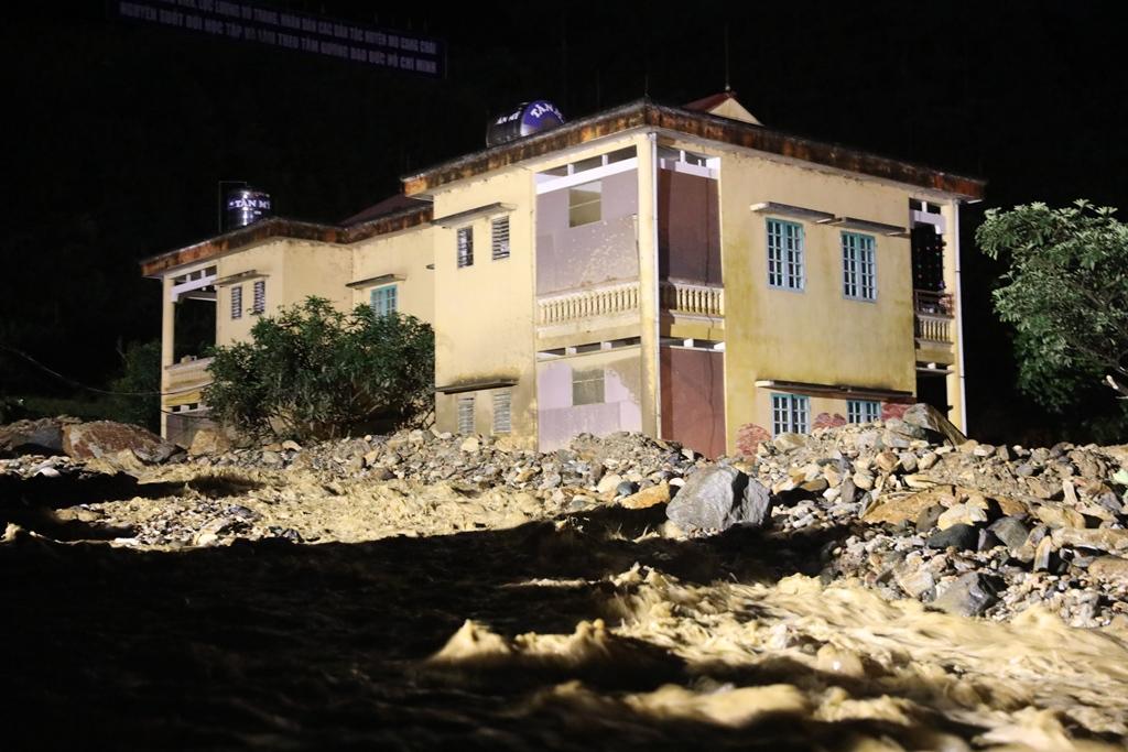 Trắng đêm xẻ đá, xới tung bùn đất tìm kiếm người mất tích sau trận lũ lịch sử ở Yên Bái - Ảnh 1.
