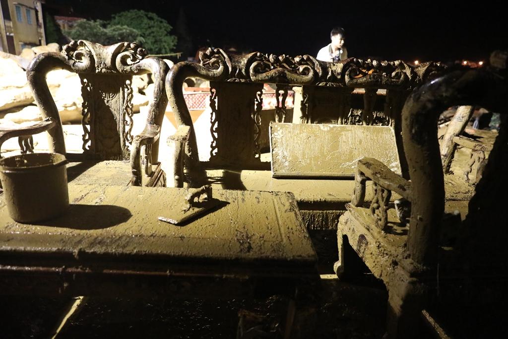 Trắng đêm xẻ đá, xới tung bùn đất tìm kiếm người mất tích sau trận lũ lịch sử ở Yên Bái - Ảnh 12.