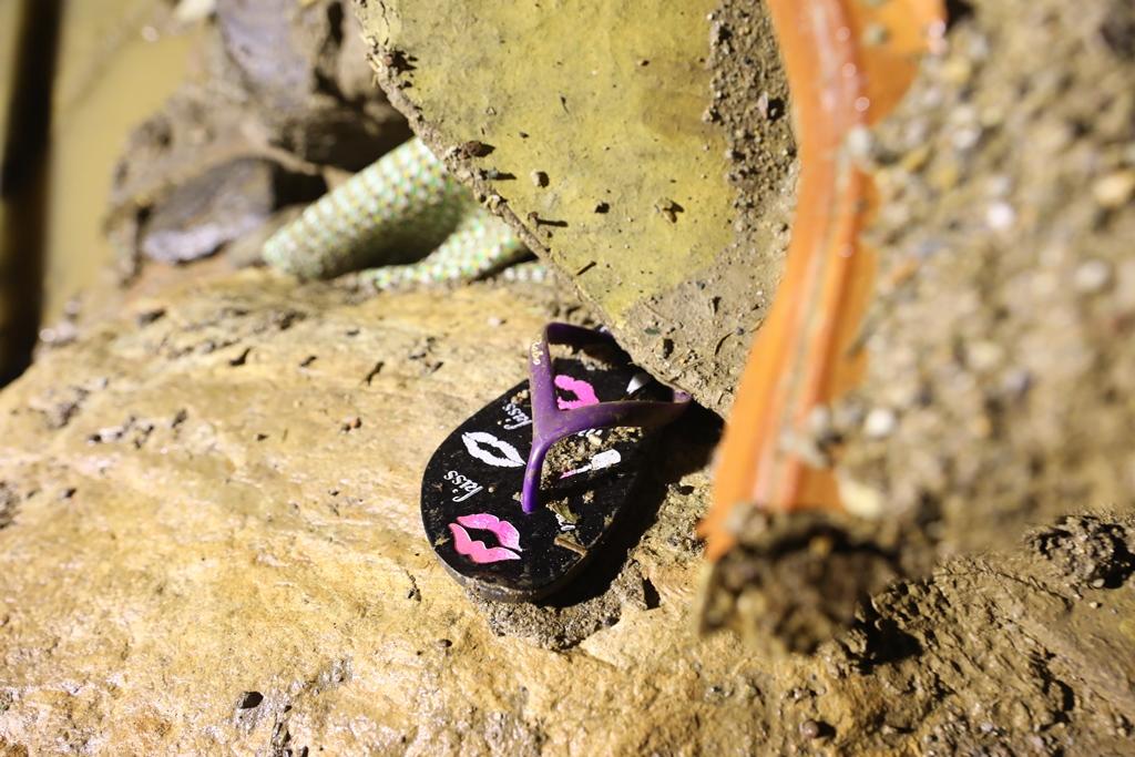 Trắng đêm xẻ đá, xới tung bùn đất tìm kiếm người mất tích sau trận lũ lịch sử ở Yên Bái - Ảnh 10.