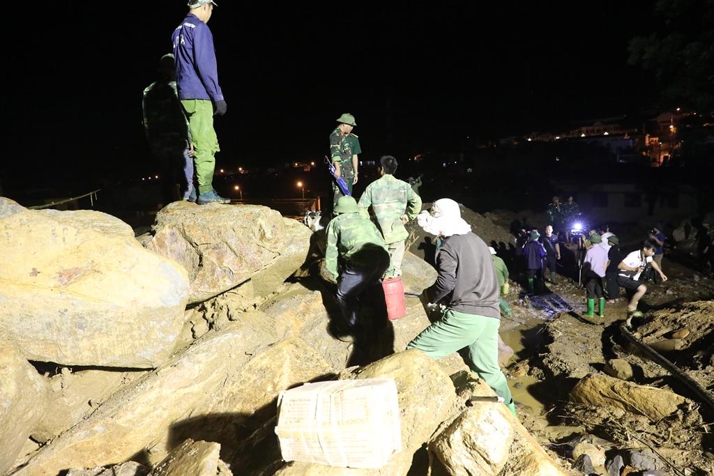 Trắng đêm xẻ đá, xới tung bùn đất tìm kiếm người mất tích sau trận lũ lịch sử ở Yên Bái - Ảnh 6.