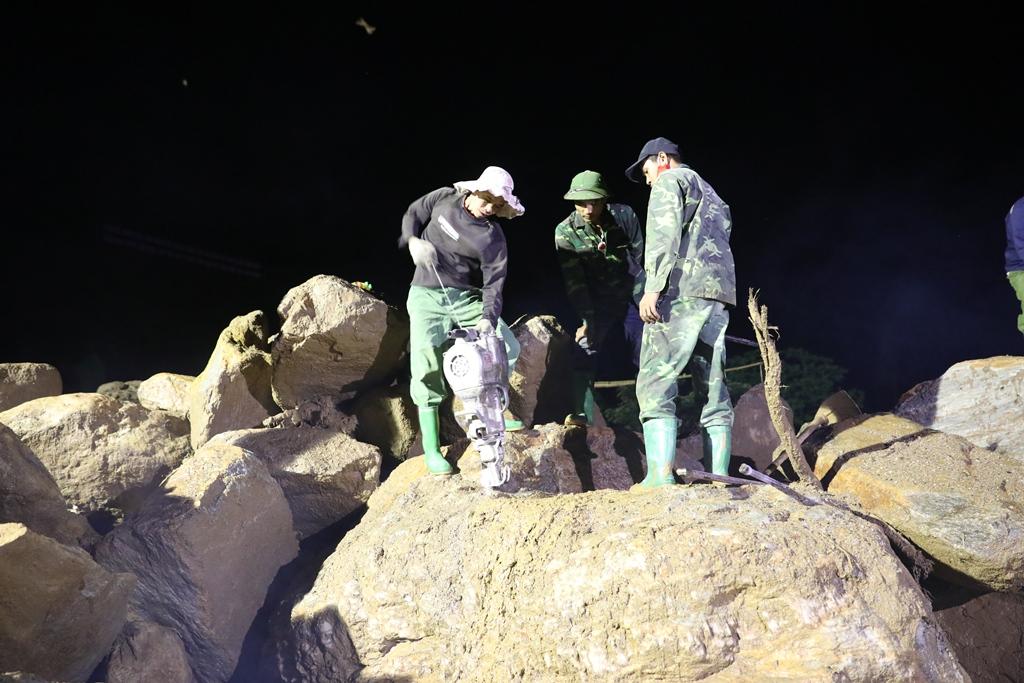 Trắng đêm xẻ đá, xới tung bùn đất tìm kiếm người mất tích sau trận lũ lịch sử ở Yên Bái - Ảnh 7.