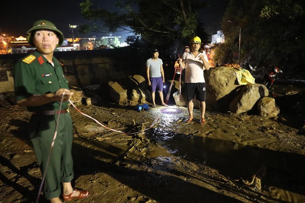 Trắng đêm xẻ đá, xới tung bùn đất tìm kiếm người mất tích sau trận lũ lịch sử ở Yên Bái - Ảnh 2.
