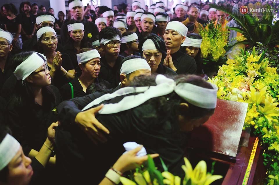 Hình ảnh khiến ai cũng rơi nước mắt: Vợ thầy Văn Như Cương ngồi khóc bên linh cữu, không thể đứng vững khi cử hành tang lễ - Ảnh 2.