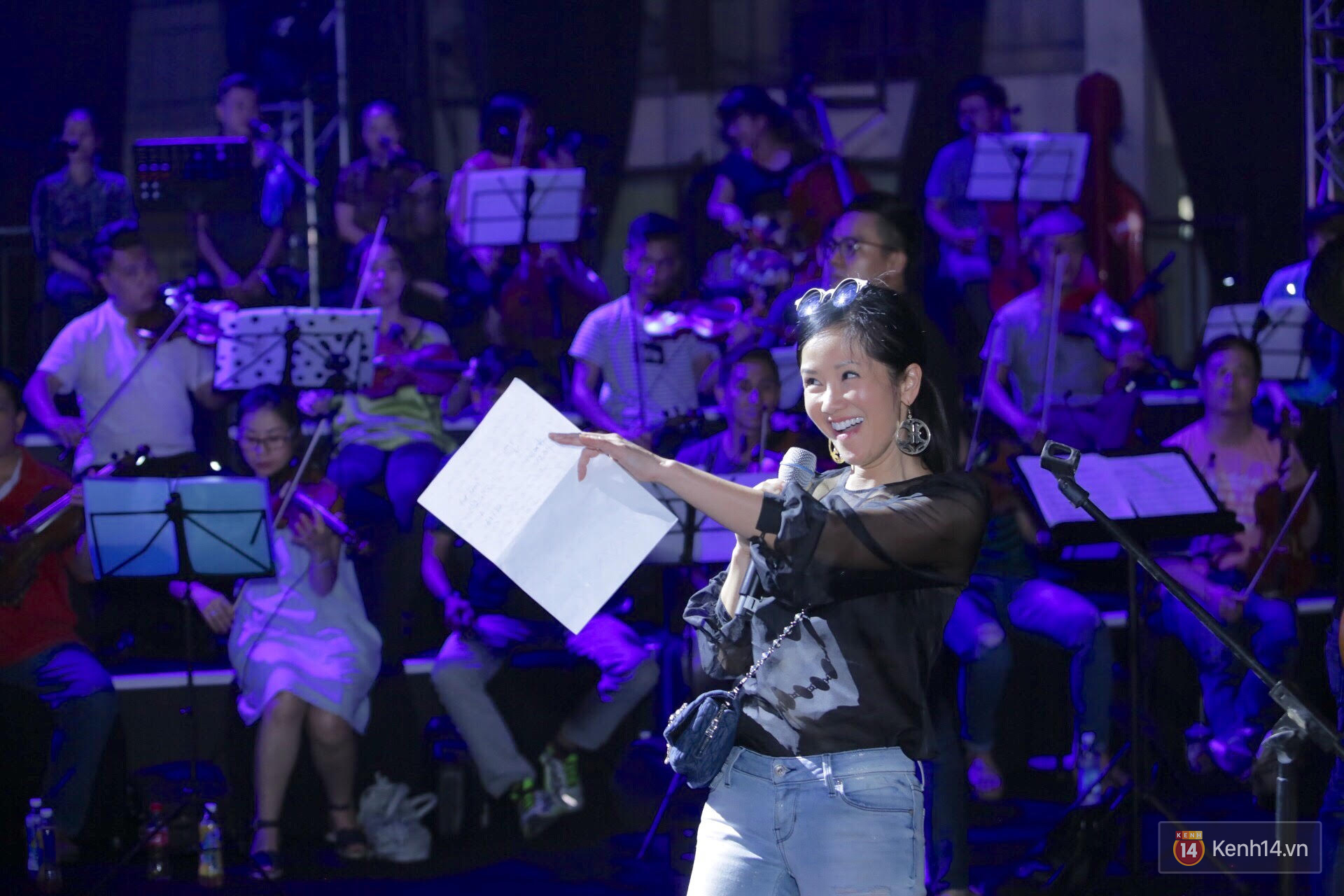 Diva Hồng Nhung gây xúc động, trình diễn như lên đồng tại buổi tổng duyệt Gala WeChoice Awards 2016 - Ảnh 2.