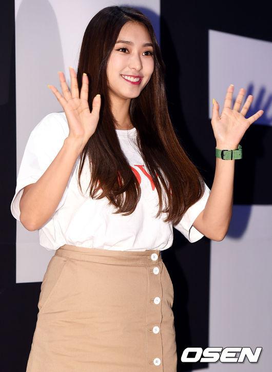 Ăn vận trẻ trung dự Seoul Fashion Week, Sooyoung được ví dễ thương như nhân vật truyện tranh Arale - Ảnh 7.
