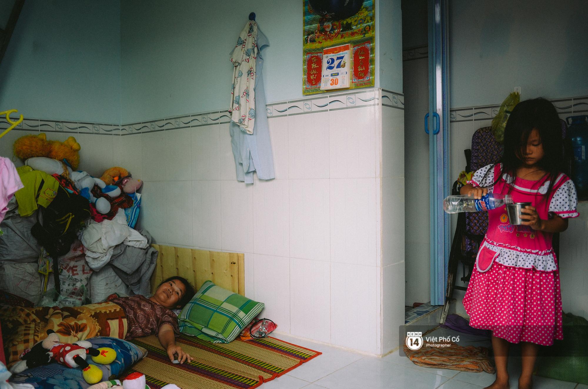 Gia đình vé số Sài Gòn: Ba mẹ ăn chuối luộc thay cơm, hai con gái không biết đến thịt cá - Ảnh 8.