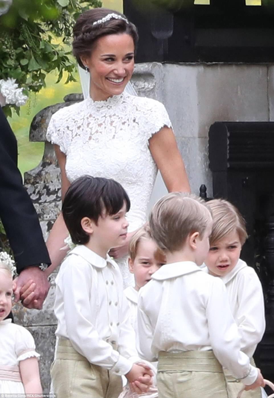 Hoàng tử nhí Anh Quốc bị mẹ mắng trong lễ cưới của dì ruột, vừa đi vừa khóc tu tu - Ảnh 10.