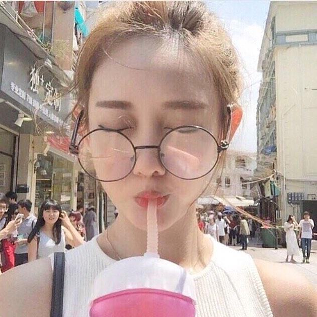 Con gái châu Á đang đồng loạt diện kính cận gọng tròn mọt sách cute siêu cấp - Ảnh 4.