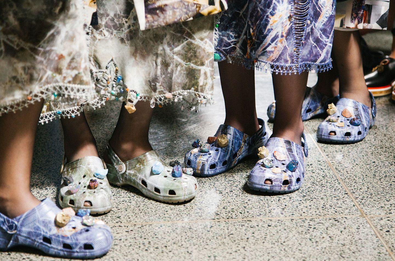 Balenciaga kết hợp với Crocs cho ra mắt mẫu dép đi mưa khó tả nhất mùa Paris Fashion Week năm nay - Ảnh 9.
