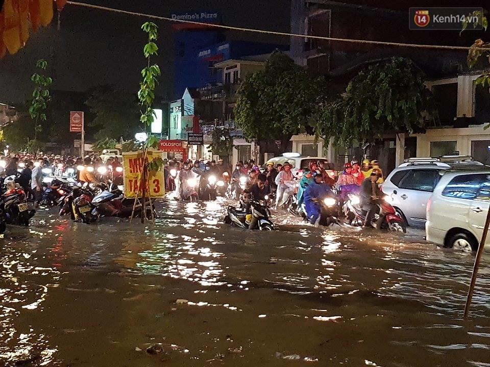 Đường phố Sài Gòn ngập lênh láng sau cơn mưa lớn đêm Trung thu, nhiều phương tiện chết máy giữa biển nước - Ảnh 2.