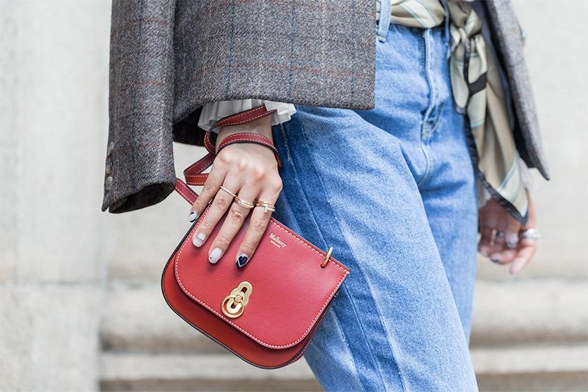 Trông hết sức bình thường nhưng chiếc túi hàng hiệu này lại đang được loạt Hoa ngữ và các fashionista thi nhau diện - Ảnh 7.