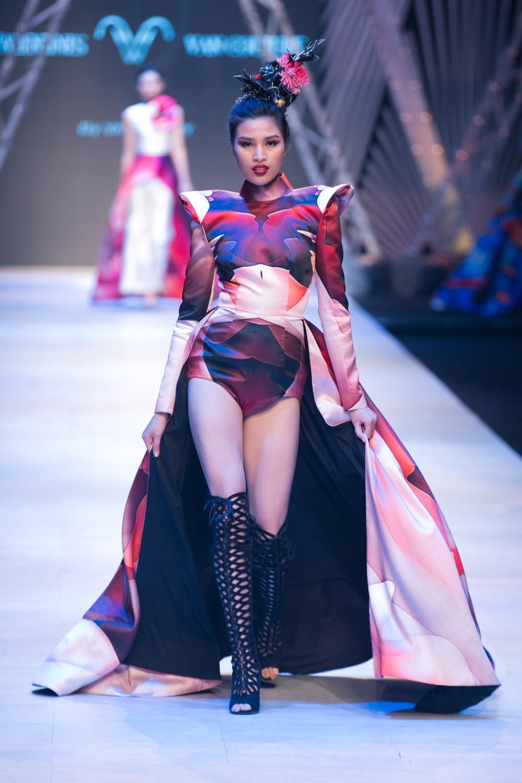 VIFW ngày 1: Kim Dung mở màn xuất sắc, vedette Thanh Hằng xuất hiện siêu chất trong show của Công Trí - Ảnh 22.