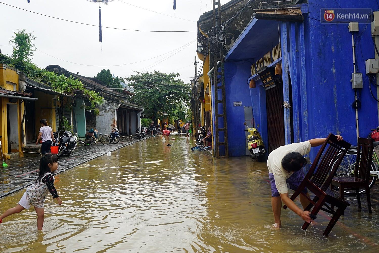 Người dân Hội An trắng đêm lau dọn hàng hóa, nhà cửa khi nước lũ vừa rút - Ảnh 2.