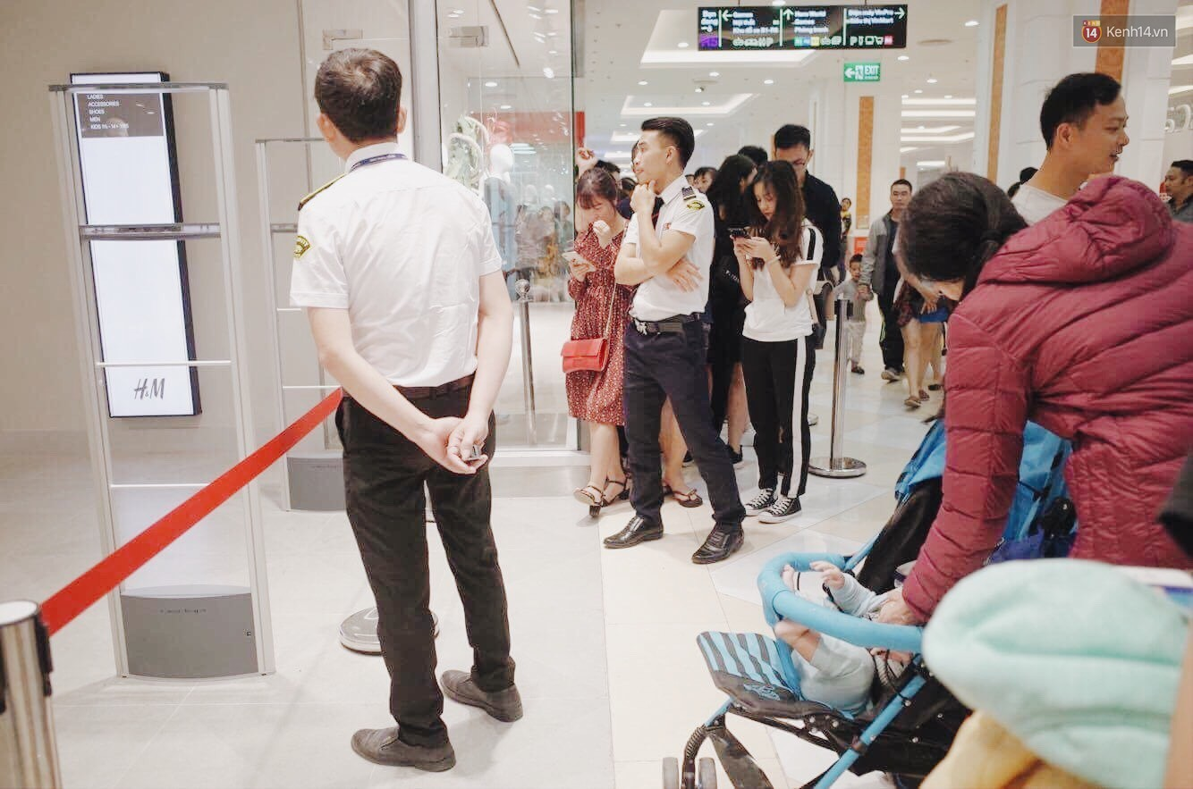 Sau ngày khai trương, store H&M Hà Nội bớt đông đúc nhưng khách vẫn xếp hàng dài chờ vào mua sắm - Ảnh 10.