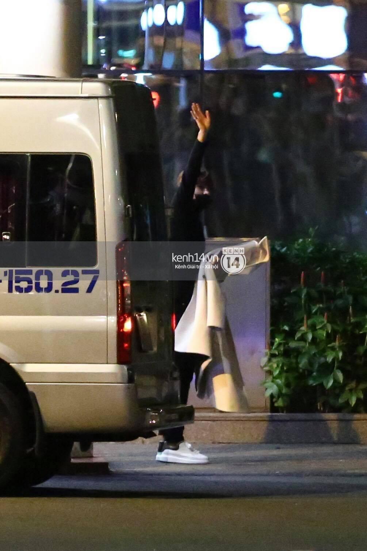 Hình ảnh đối lập: Kết thúc MAMA, Samuel khí thế vẫy tay chào fan Việt, Wanna One ngủ say mặc kệ người hâm mộ - Ảnh 22.