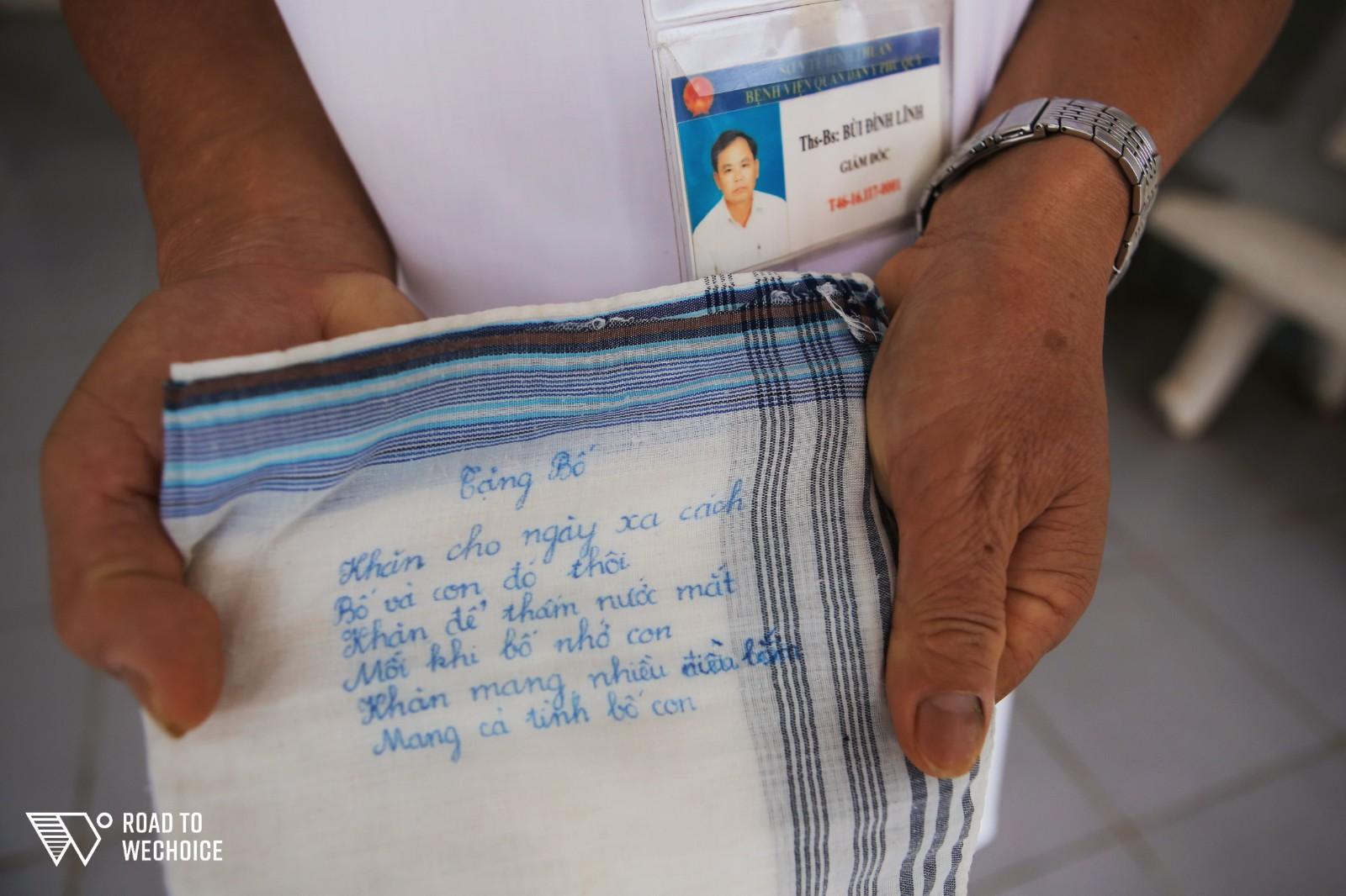 Chuyện về vị bác sĩ 31 năm sống xa gia đình để đến vùng đảo hẻo lánh chữa bệnh cho người dân - Ảnh 12.