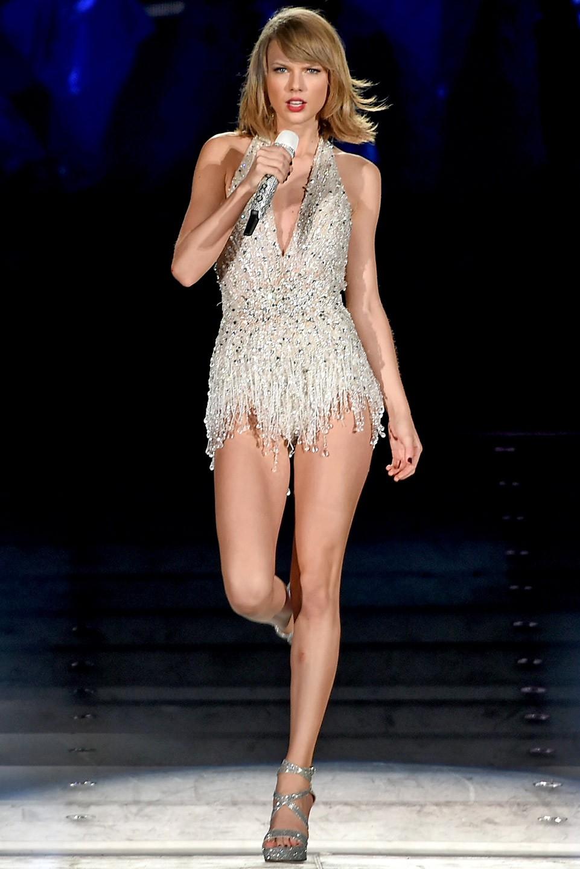 Liên tục lên sân khấu với trang phục vừa lôi thôi vừa dìm dáng, chuyện gì đã xảy ra với Taylor Swift luôn đẹp vậy? - Ảnh 8.