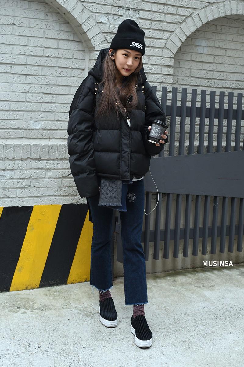 Street style siêu đẹp của giới trẻ Hàn toàn những item quen thuộc mà bạn đang có sẵn trong tủ đồ - Ảnh 9.