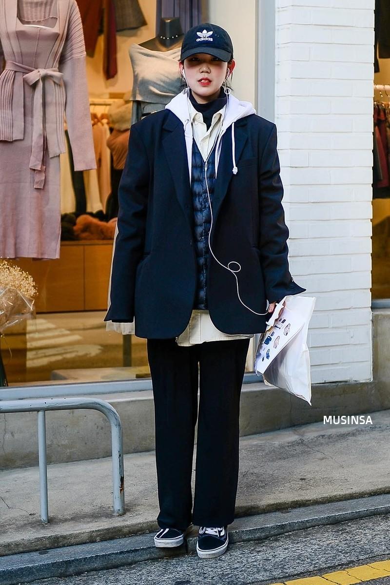 Street style siêu đẹp của giới trẻ Hàn toàn những item quen thuộc mà bạn đang có sẵn trong tủ đồ - Ảnh 5.